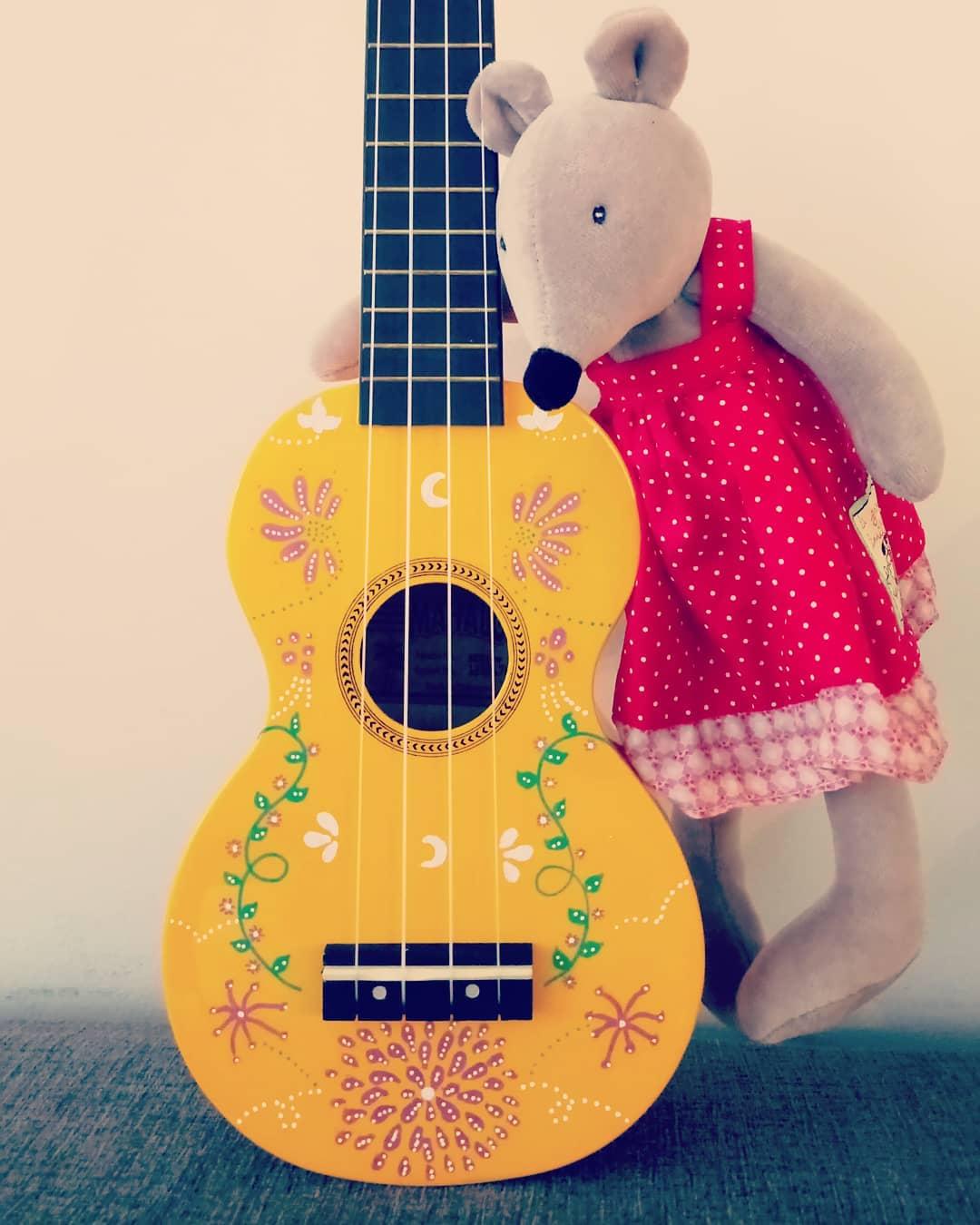 ukubebe-ukulele-comptines-lille-le chant des lunes-femme